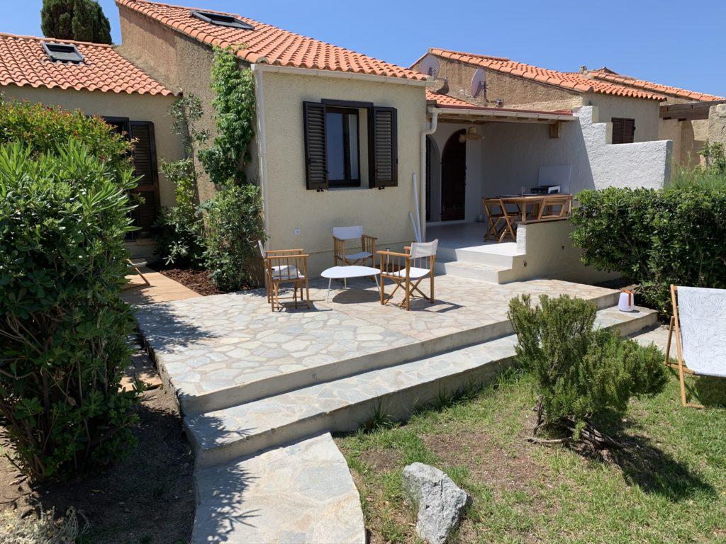 La terrasse découverte et le jardin